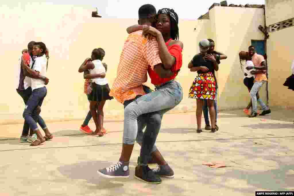 Dançarinos e alunos assistem a aula de Kizomba no quintal de uma casa no bairro do Mabor, em Luanda, Angola. Agosto de 2017. Foto Ampe Rogério/ AFP