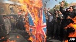 Người biểu tình Iran đốt cờ Anh trước của Đại sứ quán Anh tại Tehran, ngày 4/11/2010