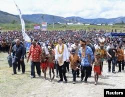 Presiden Joko Widodo saat mengunjungi kabupaten Arfak di Papua Barat, 27 Oktober 2019. (Foto: - via Reuters)