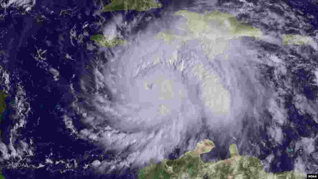Mahaukaciyar guguwar Mai suna Hurricane Mathew ta dira kan kasar Haiti bayan ruwa kamar da bakin kwarya na fiye da wuni guda, ya haddasa ambaliyar ruwa saman da tilastawa mutane da dama neman mafaka. Oktoba 04, 2016