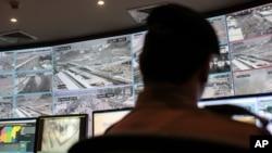 一名警衛監看視頻監控系統(CCTV)製造商產品。