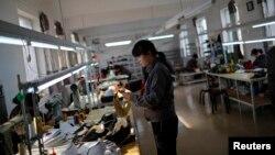 Seorang pekerja di pabrik sepatu Adidas di Dandong, China (foto: ilustrasi).
