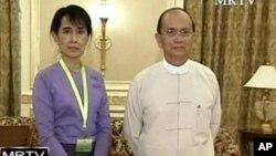 Presiden Myanmar Thein Sein (kanan) mengundang pemimpin oposisi Aung San Suu Kyi untuk bertemu hari Jumat 31/10 (foto: dok).