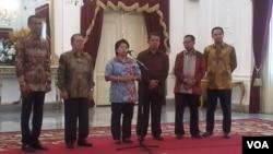 Ketua panitia seleksi komisioner Komisi Yudisial, Harkristuti Harkrisnowo, didampingi para koleganya di Istana Negara, Jakarta (3/9). (VOA/Andylala Waluyo)