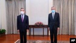 리셴룽(오른쪽) 싱가포르 총리와 왕이 중국 외교담당 국무위원 겸 외교부장이 14일 싱가포르 대통령궁에서 기념촬영하고 있다.