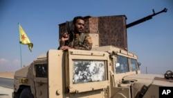 Pasukan Kurdi dekat perbatasan Turki dan Suriah dekat Kota Amuda, 27 Oktober 2019.