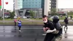 У Мінську жорстко затримують людей невідомі з кийками. Відео