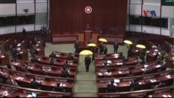 Các nhà lập pháp Hong Kong bỏ ra ngoài khi trưởng đặc khu phát biểu