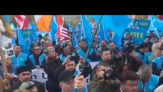 上千维吾尔人日内瓦抗议再教育营 多国联合国代表呼吁关闭营地