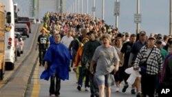 Une pratique annuelle dans le Michigan...des travailleurs traversent le pont Mackinac