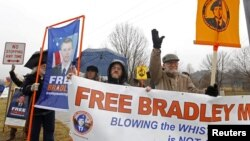 Người biểu tình bên ngoài căn cứ Fort Meade gần thành phố Baltimore ở bang Maryland bày tỏ sự ủng hộ của họ đối binh sĩ Manning.