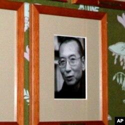 诺委会墙上刘晓波做为诺贝尔奖得主的正式照片(美国之音王南拍摄)