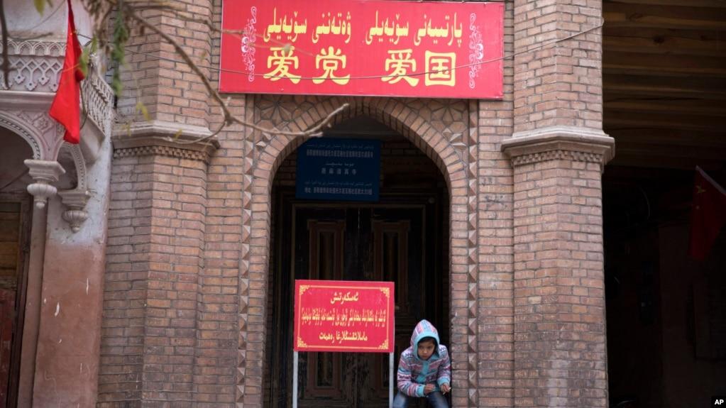"""中国新疆喀什的一座清真寺入口上写着""""爱党爱国""""的字样。 (资料照片)"""