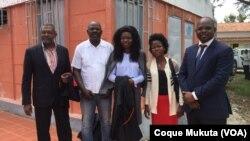Advogados com Ernesto João Manuel (segundo à esquerda) à porta do Tribunal de Icolo e Bengo