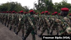 Les FACA lors d'une parade à Bangui, en Centrafrique, le 17 août 2018. (VOA/Freeman Sipila)