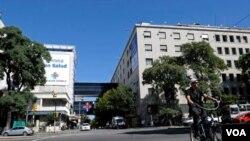 Suasana di sekitar institusi asosiasi kesehatan Spanyol di Montevideo, Uruguay (18/3). Polisi sedang melakukan investigasi kematian puluhan pasien di dua rumah sakit Uruguay.