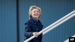 La candidate démocrate à la présidentielle Hillary Clinton en train de monter dans son avion de campagne à White Plains, N.Y., mardi 4 octobre 2016.