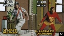 Foto de archivo de dos estampillas del servicio postal mexicano dedicadas al Chavo y a Chespirito, ambos personajes creados por Roberto Gómez Bolaños.