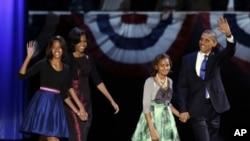 Presidenti Obama, gruaja e tij Michelle dhe vajzat Malia dhe Sasha ngjiten në skenë, ku Presidenti pranoi fitoren..