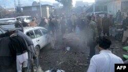 巴基斯坦安全官员和当地居民在帕拉奇纳镇一个市场的爆炸现场。帕拉奇纳镇与阿富汗接壤,是库拉姆部落地区的首府。(2017年1月21日档案照片)