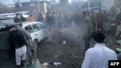 Pejabat keamanan Pakistan dan warga setempat terlihat berkumpul di lokasi ledakan bom di sebuah pasar di kota Parachinar, ibukota distrik suku Kurram di perbatasan Afghanistan, 21 Januari 2017.(AFP Photo).