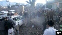 Les officiers de sécurité pakistanais et les résidents se sont rassemblés après l'explosion d'une bombe dans un marché de la ville de Parachinar, la capitale du district tribal de Kurram, dans la frontière afghane, le 21 janvier 2017.