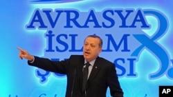 土耳其埃爾多安在伊斯坦布爾對來自歐洲的穆斯林宗教領袖發表講話。(2012年11月19日)