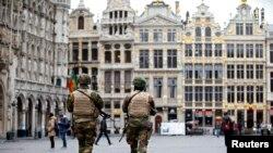 Tentara Belgia melakukan patroli di the Grand Place, Brussels menyusul serangan bom di ibukota negara itu (24/3).