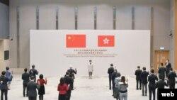 হংকং সিনিয়র সিভিল সার্ভেন্টরা আনুগত্যের শপথ নিচ্ছেন ছবিঃ এএফপি