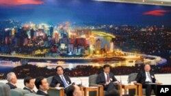 中共重庆前市委书记薄熙来在2010年3月的一个记者会上,背景是重庆市夜景