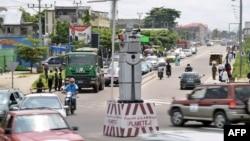 Bato bazali kotambola na boulevard Trimphal na Kinshasa, 22 janvier 2014.