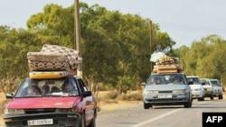 Thường dân bỏ chạy khỏi Sirte để tránh các vụ giao tranh giữa lực lượng chính phủ lâm thời Libya và quân đội trung thành với ông Gadhafi, ngày 1/10/2011