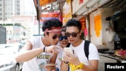 参加香港首届小精灵抓宝比赛的年轻人(资料图)
