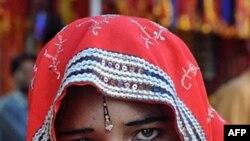 Một cô dâu còn trong tuổi vị thành niên ở Ấn Ðộ