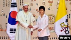Tổng thống Hàn Quốc Park Geun-Hye đón tiếp Đức Giáo Hoàng Phanxicô đến Seoul, ngày 14/8/2014.