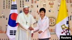 羅馬天主教宗方濟各抵達南韓與南韓總統朴槿惠握手。(8月14日)