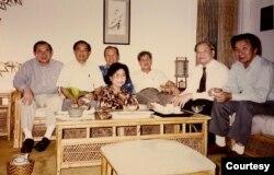 Hình chụp tháng 7/1994 tại nhà anh chị Võ Phiến, từ trái, Ngô Thế Vinh, Lê Tất Điều, anh chị Võ Phiến, anh Lê Ngộ Châu, Gs Trần Ngọc Ninh, Nguyễn Mạnh. [tư liệu Ngô Thế Vinh]