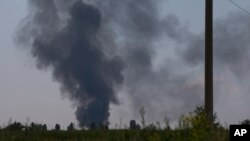 Asap hitam membubung setelah sebuah helikopter angkatan darat Ukraina ditembak jatuh di luar Slovyansk, Ukraina, Kamis (29/5). (AP/Alexander Zemlianichenko)