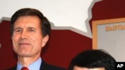 امریکی نائب وزیر خارجہ رابرٹ بلیک اور قرغزستان کی عبوری حکومت کی راہنما اوتن بایفا (14 اپریل 2010)