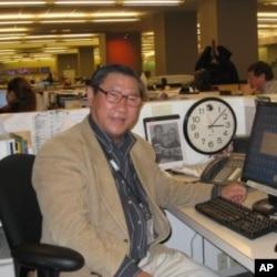Ông Phạm Trần ở bàn làm việc tại VOA