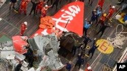 AirAsia ေလယာဥ္ပ်က္ရဲ႕ အၿမီးပိုင္းကို ဆယ္ယူရရွိလာစဥ္။ (ဇန္နဝါရီ ၁၀၊ ၂၀၁၅)
