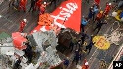 El equipo de rescate logró sacar a flote la cola del avión AirAsia que podría ayudar a comprender qué ocurrió con el vuelo 8501.