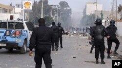Polisi Tunisia menghadapi para demonstran di kota Ennour, Tunisia, bulan lalu (foto: dok). Tunisia memperpanjang status keadaan darurat selama sebulan ke depan.