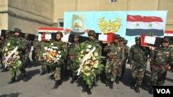 Pasukan Suriah dalam acara pemakaman anggota pasukan Suriah yang tewas dalam pertempuran dengan pemberontak (foto: dok).