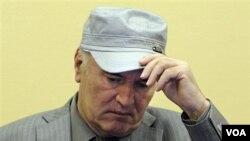 Mantan pemimpin militer Serbia-Bosnia Ratko Mladic saat menghadiri sidang di pengadilan militer PBB di Den Haag (3/6).