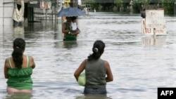 Bão Nesat xuống cấp thành bão nhiệt đới trên đường di chuyển vào Việt Nam hôm nay sau khi hoành hành ở miền Nam Trung Quốc khiến hàng trăm ngàn người phải rời bỏ nhà cửa, và cướp đi sinh mạng của ít nhất 43 người tại Philippines