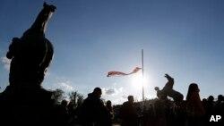 Lideri nekoliko opozicionih partija prisustvuju protestu tokom važenja zabrane kretanja, ispred Doma Narodne skupštine Republike Srbije, u Beogradu, 30. aprila 2020. (AP/Darko Vojinović)