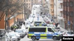 Mobil van polisi memblokir jalan di luar Pengadilan Negeri Stockholm saat warga Uzbek Rakhmat Akilov, tersangka utama dalam sebuah serangan truk yang menewaskan 4 orang, muncul di pengadilan, di Stockholm, Swedia, 11 April 2017. (Foto: dok).