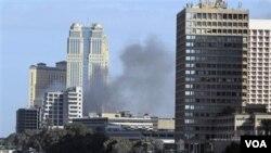 Sebuah pusat perbelanjaan dijarah dan dibakar di ibukota, Kairo, Minggu (1/30).
