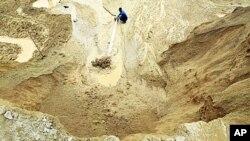江西省一座稀土礦上一名工人在工作(2010年12月29號資料照)